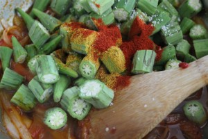 Add okra, 1 t of smoked paprika, 1 t of curry powder and 1 t of red pepper flakes. Add okra pieces and enough water to simmer.